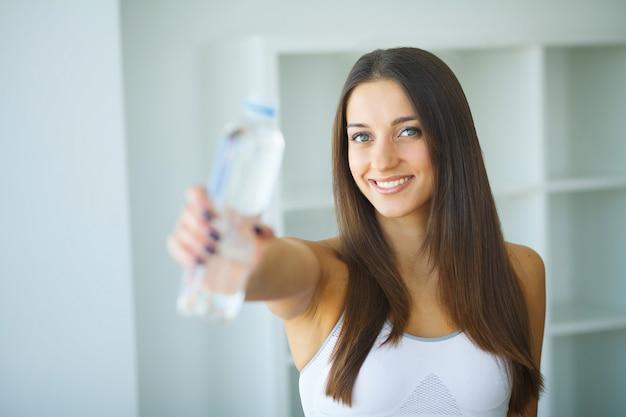 幸せな女は、水を飲む。飲み物 Premium写真