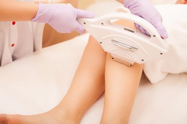スキンケア。足の脱毛、クリニックでのレーザー手術。 Premium写真