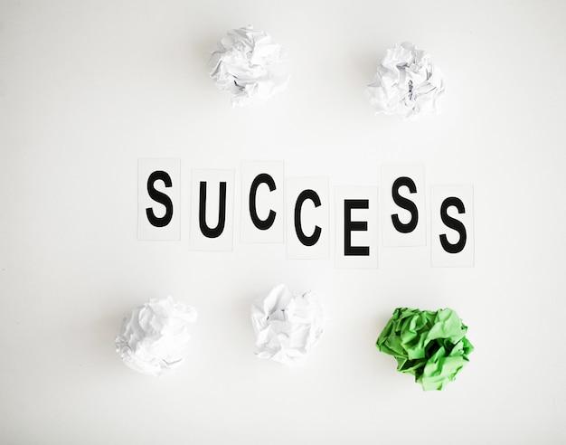 白いテーブルに書かれた成功の言葉。 Premium写真