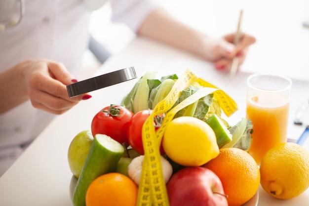 ダイエット。フィットネスと健康食品のダイエットコンセプト。野菜とバランスの取れた食事。自然食品と健康的なライフスタイルのコンセプト Premium写真