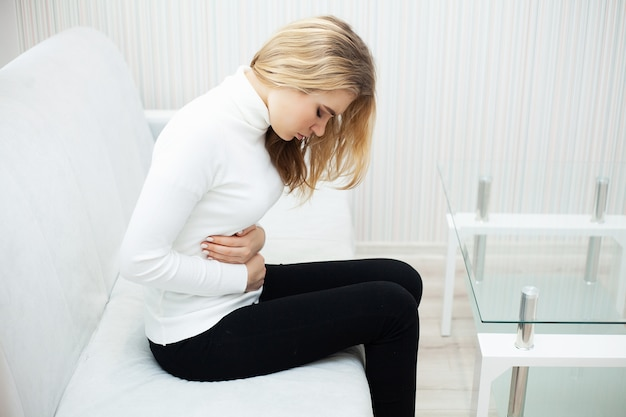 腹痛、腹痛のある女性、腹痛の女性 Premium写真