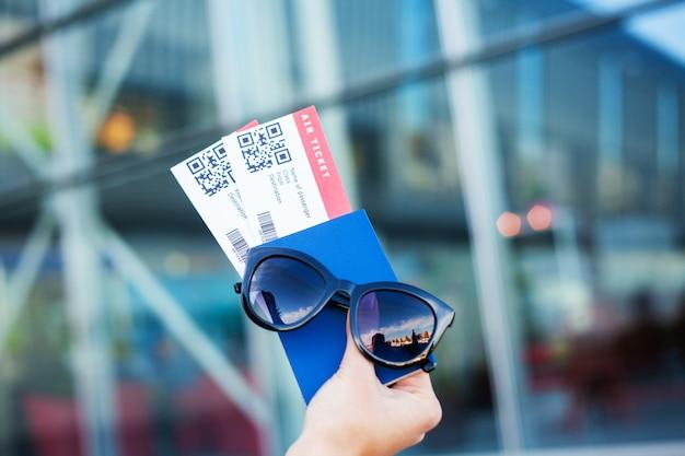 Закрыть два авиабилета в заграничном паспорте возле аэропорта Premium Фотографии