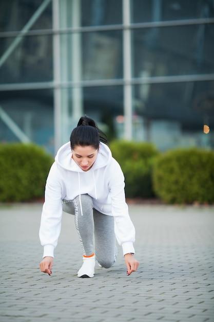 フィットネス。公園-スポーツと健康的なライフスタイルコンセプトで運動の美しい若い女性 Premium写真