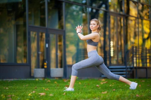 健康的な生活様式。都市環境で運動を行うフィットネス女性 Premium写真