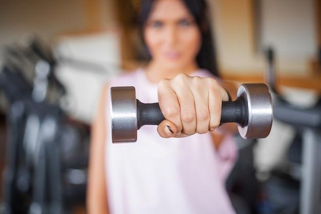 スポーツトレーニングを行う運動フィットネス若い女性 Premium写真