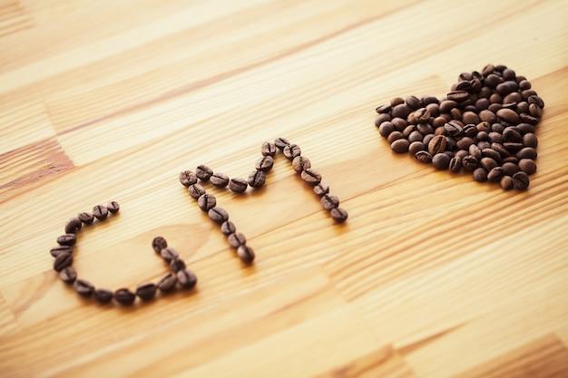 おはようございます。コーヒータイム。行くコーヒーと豆 Premium写真