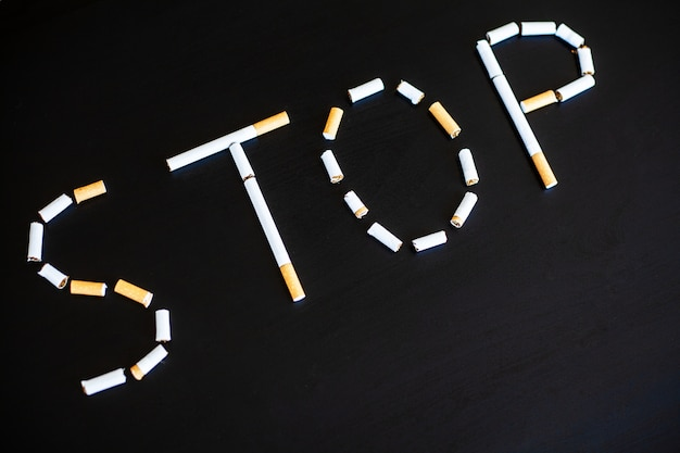 壊れたタバコの喫煙コンセプトを停止します。タバコの山。喫煙禁止 Premium写真