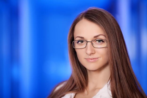 医学。病院に立っている白衣の若い医者の肖像画。大学院生。 Premium写真