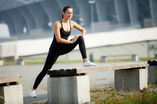 フィットネス。完璧な筋肉を持つ美しい少女。彼女は背中の筋肉を鍛えます。コンセプト-パワービューティーダイエットスポーツ Premium写真