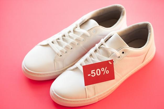 ピンクのスタイリッシュな白いファッションスニーカー。 Premium写真