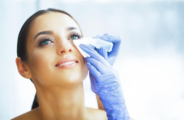 健康。若い女性は目薬を適用します。新鮮なビュー。緑色の目で美しい女性の肖像画。 Premium写真