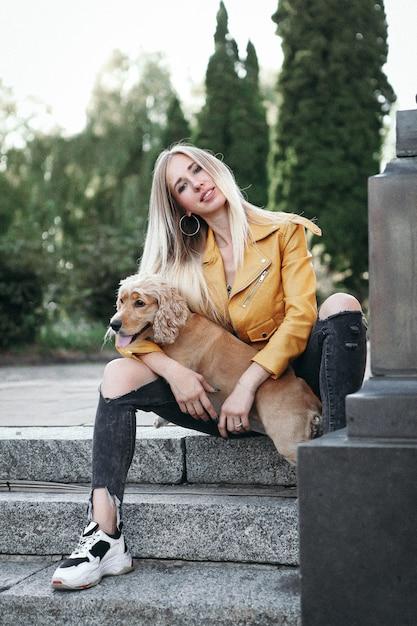 犬と少女が公園を散歩します Premium写真