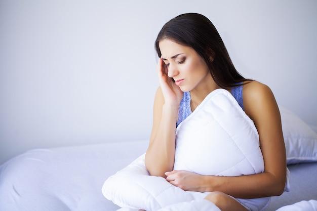 Боль усталая, измученная, напряженная женщина, страдающая от сильной боли в глазах. Premium Фотографии
