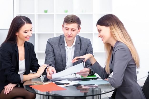 Бизнес команда работает в офисе Premium Фотографии