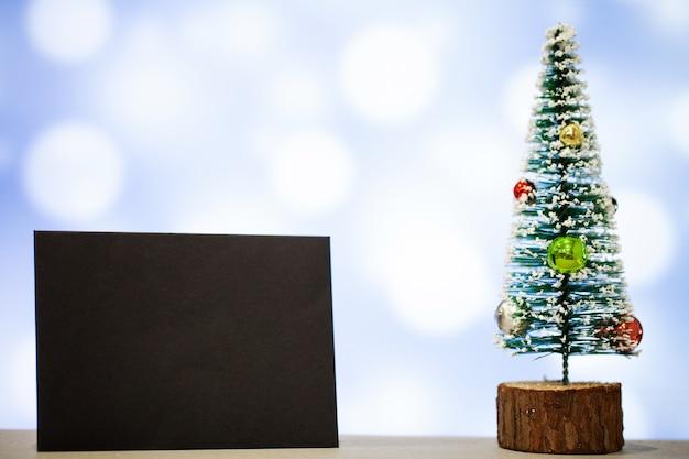 クリスマスの装飾と青い背景上のテキストの空白 Premium写真