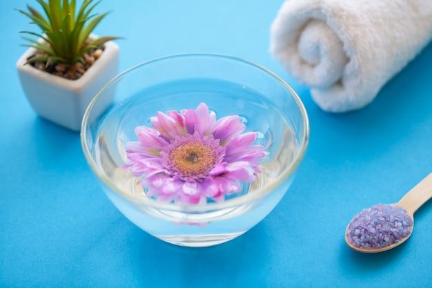Спа. измельченная морская соль на деревянном столе. кухня и косметика здорового использования Premium Фотографии
