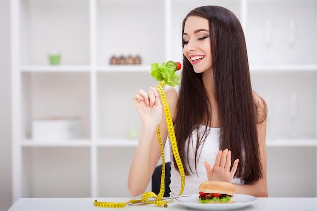 Выбирайте между вредной и здоровой пищей Premium Фотографии