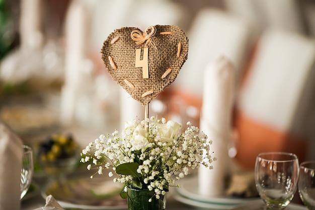 花と小物のホールで上品に装飾されたスタイリッシュ Premium写真