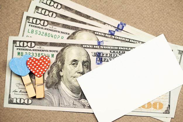 心、お金、空白の白いグリーティングカードで装飾的な洗濯はさみ Premium写真