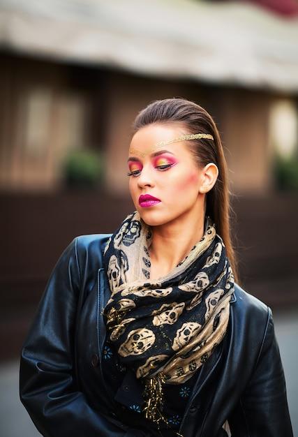 Красивая брюнетка с длинными каштановыми волосами Premium Фотографии