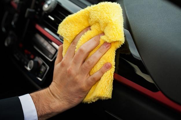 清掃車車内を洗浄するマイクロファイバーの布で手 Premium写真