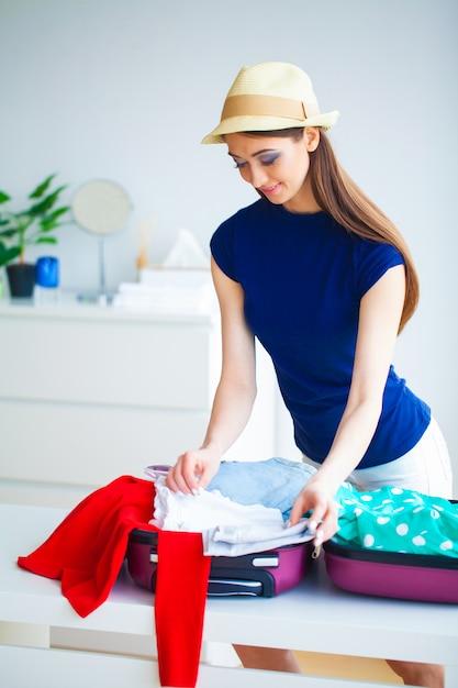 休息の準備をしている女性。 Premium写真