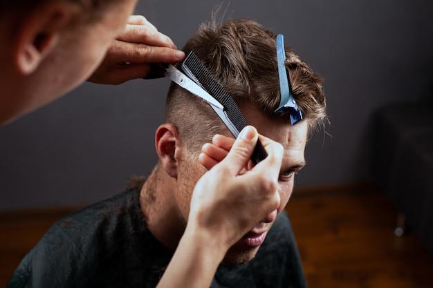 ファッション散髪、若い男は美容院で髪をカットします。理髪店。 Premium写真