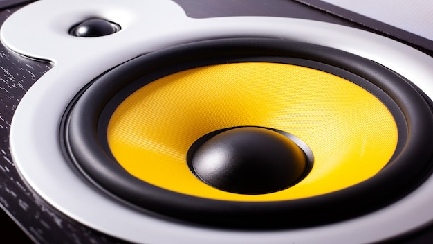 Желтый бас-динамик, слушать музыку, автозвук Premium Фотографии