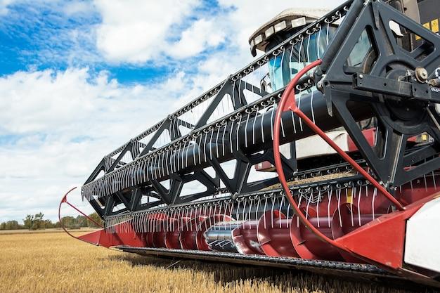 収穫機による小麦の収穫 Premium写真