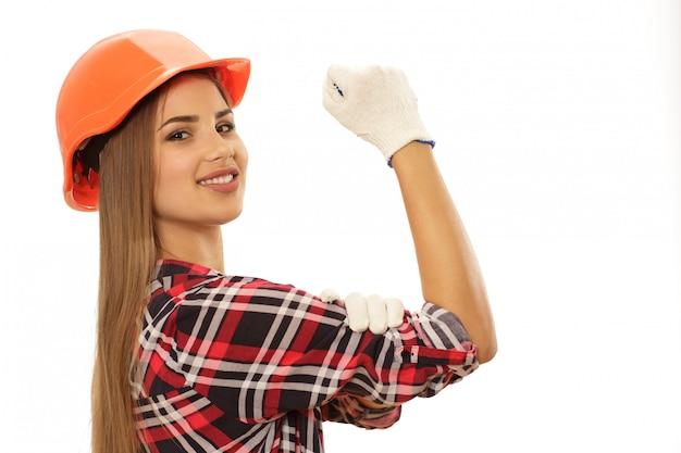 Красивая уверенная женщина с защитной шляпой инженера Premium Фотографии