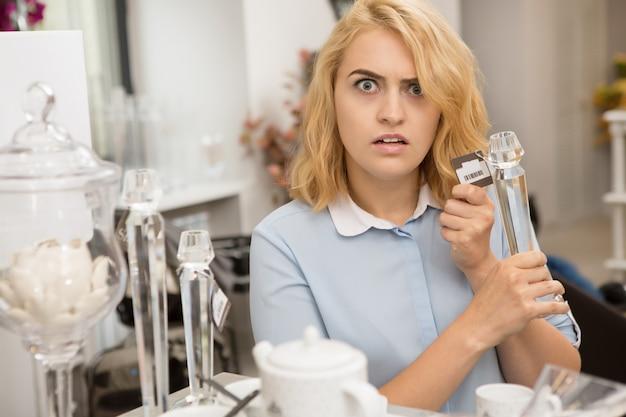 Женщина, покупки в магазине посуды Premium Фотографии