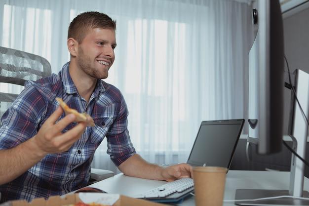自宅で働く男性のコンピュータープログラマー Premium写真