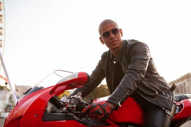 都市のスポーツバイクのアフリカ人 Premium写真