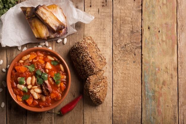素朴なインゲン豆のスープ、豆とニンジン Premium写真