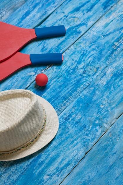 青い木製のテーブルでビーチテニスをするための機器 Premium写真