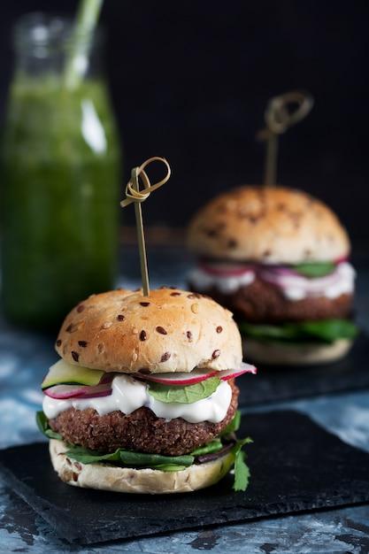 野菜と野菜のファラフェルハンバーガー Premium写真