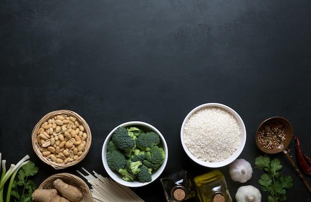 Китайская пища, сырье, овощи и орехи Premium Фотографии