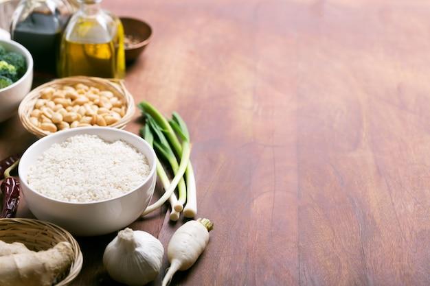 中華料理原料、米、ニンニク、油 Premium写真