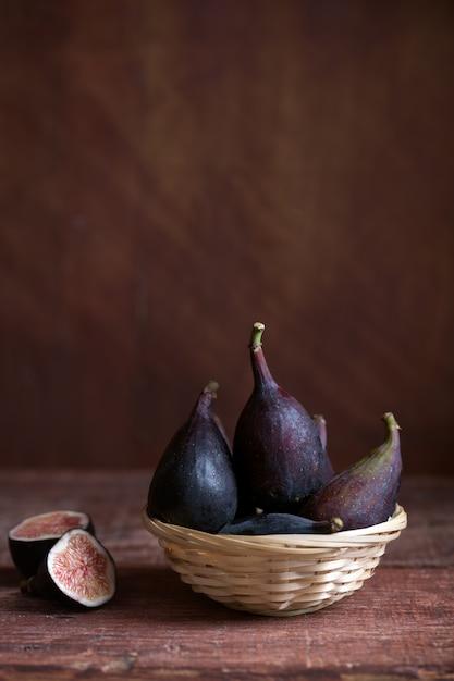 Целый инжир и один рис разрезать пополам на столе. органическая пища для здоровой жизни Premium Фотографии