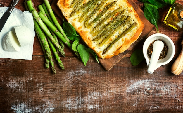 Спаржа зеленая пицца с травами и моцареллой фоне Premium Фотографии