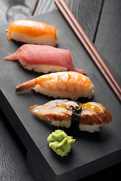 Традиционные японские суши Premium Фотографии