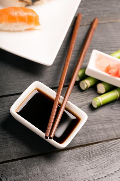 Традиционные японские палочки для суши Premium Фотографии
