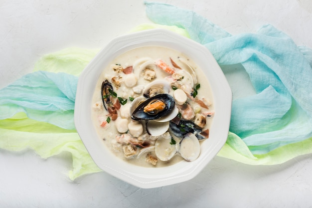 白いプレートのクラムチャウダー。主な成分は、貝、スープ、バター、ジャガイモ、玉ねぎです。 Premium写真