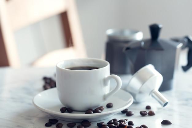 伝統的な白いカップでエスプレッソコーヒーの熱いカップ Premium写真