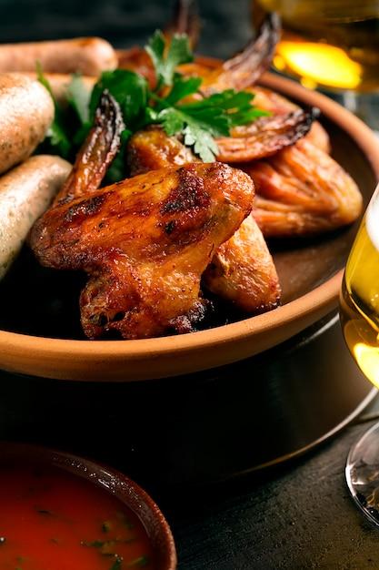 Жареные куриные крылышки Premium Фотографии