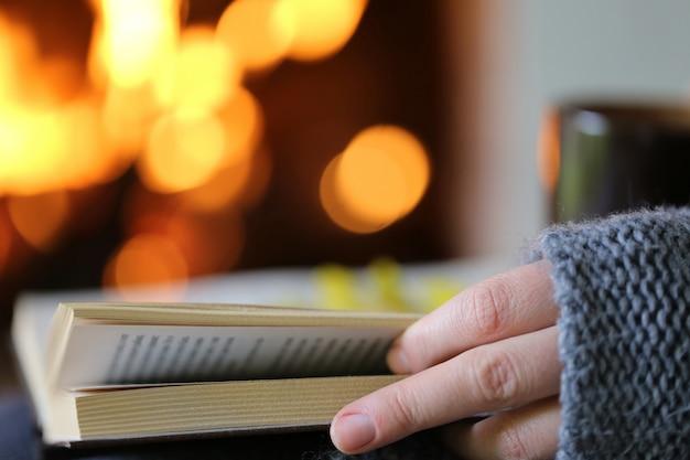 Человек, читающий книгу Premium Фотографии