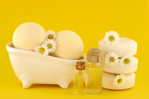 黄色のカモミールのエッセンシャルオイル、石鹸、バスボム Premium写真