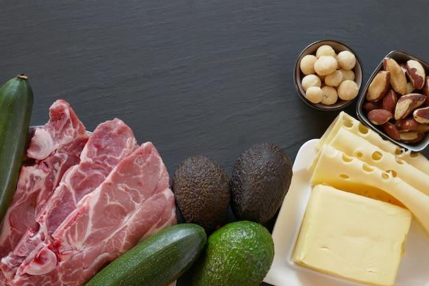 Кето диета. набор продуктов для низкоуглеводной кетогенной диеты на черном Premium Фотографии
