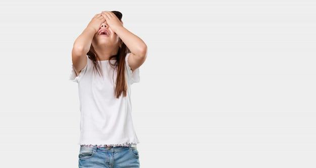 完全な体の小さな女の子は、頭に手で欲求不満と怒り悲しみ、悲しい Premium写真