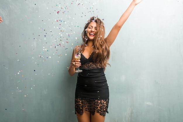 Молодая латинская женщина празднует новый год или событие. Premium Фотографии